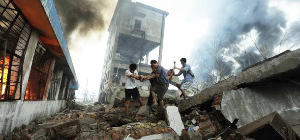人们从爆炸现场救出受伤人员