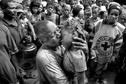 一名父亲抱着在洪水中死去的孩子