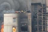 15时10分 十余人聚集顶楼等待救援