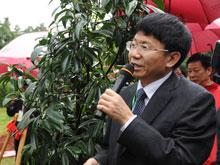 论坛秘书长桂振华主持植树
