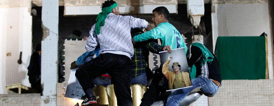卡扎菲支持者组成人体盾牌