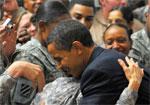 奥巴马访问伊拉克拥抱士兵