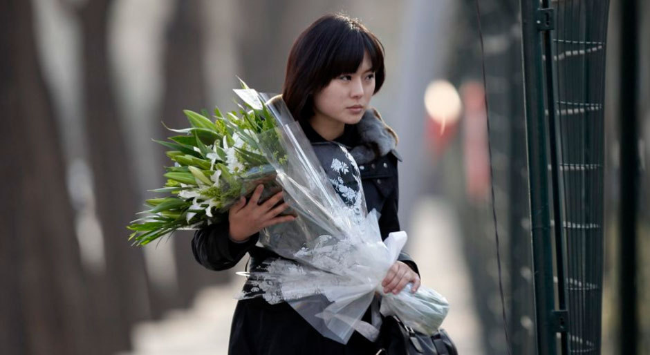 朝鲜民众赴朝鲜驻华使馆献花悼念金正日