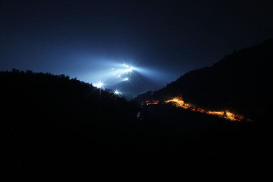 2011年9月21日,蹲守期间打鸟人数最盛的一天。远望观音山,山上探灯扫射,让人有疑惑:这是平日里鲜有人迹的山间?