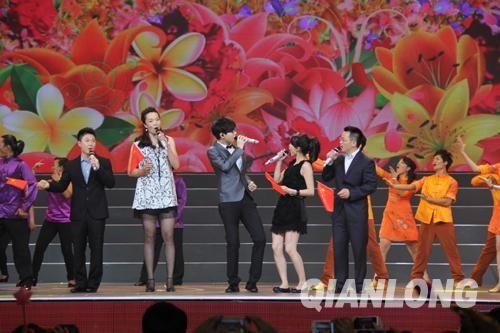歌手胡夏和奥运冠军李小鹏、陈中等人共同演唱《红旗飘飘》