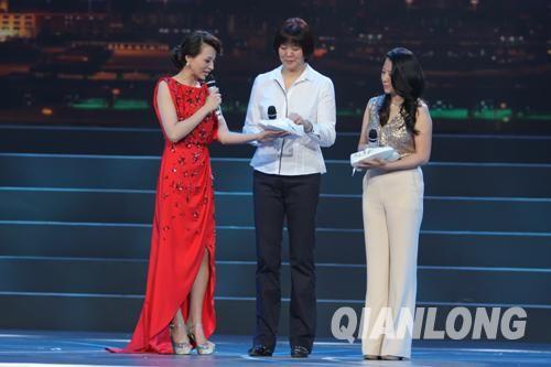 郎平、杨扬两位奥运冠军作为这项公益行动的发起人代表现场捐出亲笔签名运动鞋