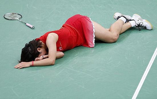 佐藤沙弥香扭伤脚踝摔倒在赛场