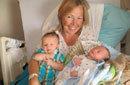 美国49岁母亲为女儿代孕产子