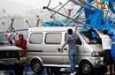 东莞雨棚被吹倒7车被砸