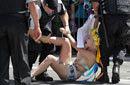 巴西独立日阅兵式遭赤裸女权主义者闹场