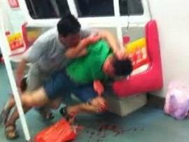广州地铁打架 六旬老人血 战28岁小伙(图)