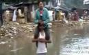 男记者骑在灾民脖子上报道洪水