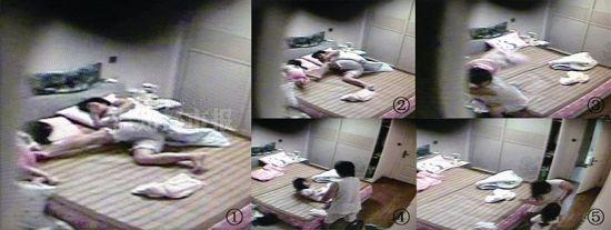 图①、图②:保姆对着女童的背部连踹3脚,将她踹到了床下。 图③:保姆拿起枕头往女童的身上扔。 图④:保姆将女童从地上拎起,猛地往床上一丢。 图⑤:保姆往女童脸上猛扇了一巴掌。 视频截图