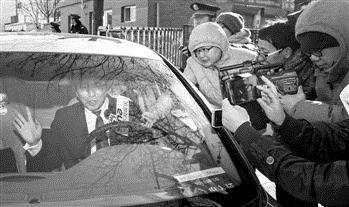 11月27日上午,李某某辩护律师张起淮在宣判后离开北京市第一中级人民法院,遭到媒体围堵。 IC
