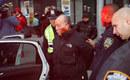纽约警察打伤乱穿马路老人