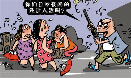 一名年轻男子与家人发生争吵后,觉得广场的跳舞音乐太吵,遂持刀砍伤3
