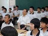 温家宝为中学生作地理讲座和学生跳绳