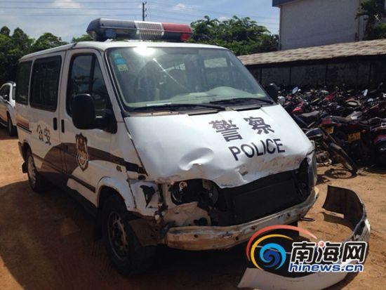 图为被撞的警车(南海网记者王威摄)
