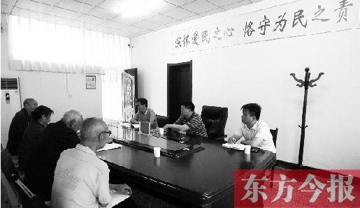 6月16日,几位兰考市民在向县委副书记毛卫丰反映问题。当日,兰考多部门在信访局接受市民上访