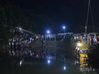 湖南湘潭校车事故现场:水面漂着小书包(图)