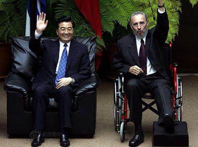 高清组图:2004年11月22日菲德尔-卡斯特罗和胡锦涛在哈瓦那革命宫上挥手示意