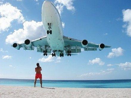 飞机降落时皆以非常低的高度掠过海滩