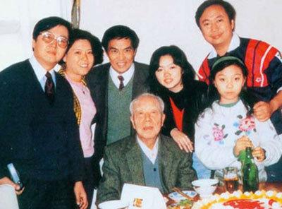 1991年12月,祖孙三代在中南海家中欢聚,共庆万里75岁寿辰。