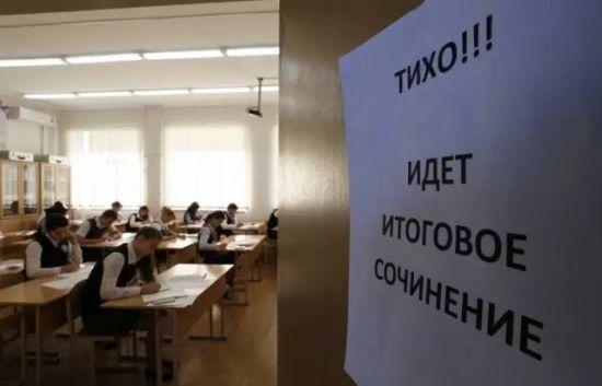 考生们正在进行决定他们是否能参加高考的毕业作文考试。(网络图片)