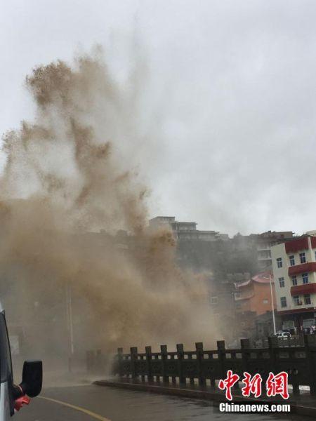"""7月10日,受""""灿鸿""""影响,浙江省玉环县坎门街道应东码头掀起10米高的巨浪,台州边防官兵正在加强沿线巡逻,在危险区域设置警戒,提醒过往人员和车辆注意安全。浙江省气象台预计,""""灿鸿""""未来继续将以每小时20公里左右的速度向西北方向移动,将于11日中午前后在温岭到舟山一带沿海登陆,登陆时强度可达强台风到超强台风级别。中新社发 涂锋军 摄"""
