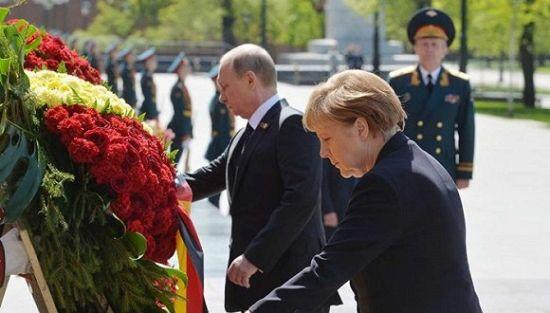 默克尔没有出席今年的红场阅兵,但随后参加了在莫斯科举行的二战结束70周年纪念活动。