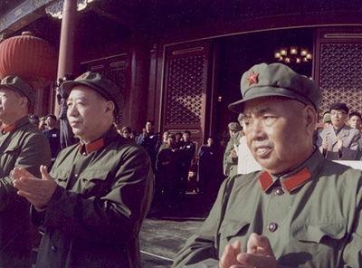 1976年11月,汪东兴与许世友在天安门城楼。