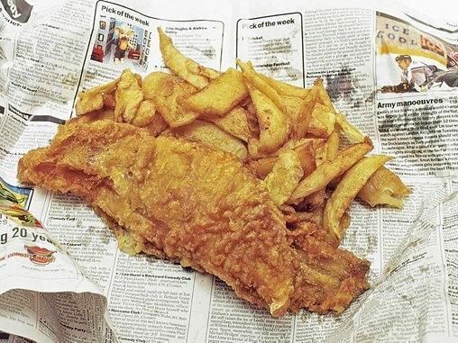 英国美食炸鱼薯条,过去常用报纸包装,可边吃炸鱼边看新闻。
