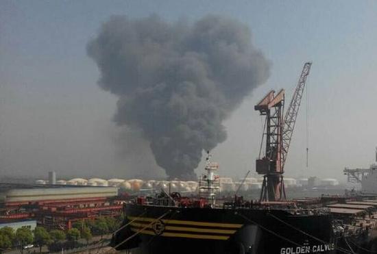 江苏化工仓储点爆炸发出强烈异味 救援人员后撤