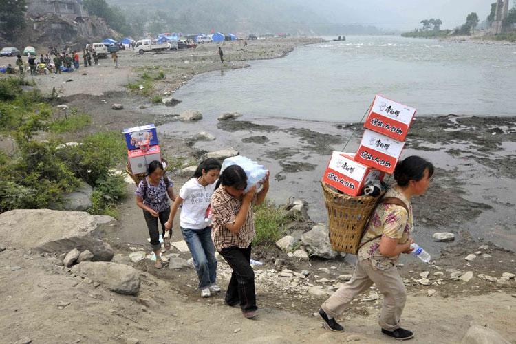 图文:救灾物资及时发放到灾民手中