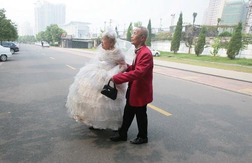 图文:相互<font color=red>搀扶的老人</font>准备去拍摄金婚纪念照_新
