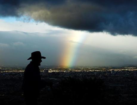 古巴乌云盖顶 彩虹穿云照耀城市上空