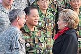 希拉里访问驻韩美军基地
