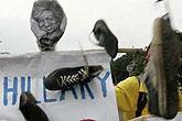 抗议者向希拉里海报扔鞋