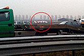 客机险些撞上公路
