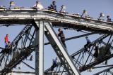 图文:珠江啤酒厂16人一齐跳海珠桥