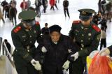 图文:武警战士搀扶行动不便的老人