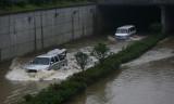 图文:长沙火车南站附近汽车通道积水过膝