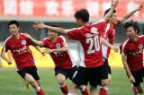 图文:辽宁足球队庆祝进球