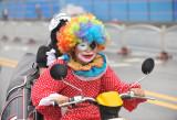 图文:扮成小丑男子在街头骑车载人