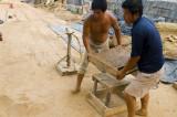 图文:大的贡砖烧成后有50余斤 泥坯时则有百多斤之重