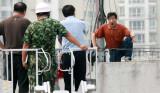 图文:欲跳楼轻生男子向救援人员诉说苦衷