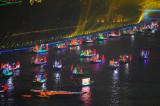 图文:代表参赛各国的花船在珠江上巡游