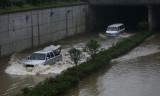 图文:湖南长沙暴雨积水致车辆涉水前行