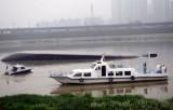 图文:浏阳河内沙船翻到 水警打捞落水者