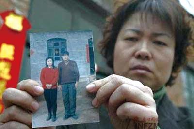 聂树斌的姐姐展示她和弟弟生前的合影  资料图